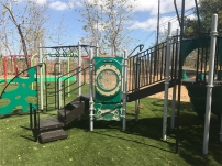 Modelo de Parque para niños de 5 - 12 años con superficie de Grama Sintetica